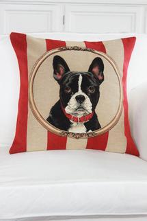 Rödrandig kudde med svart liten hund.