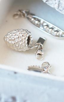Vackert hallonsmycke med tillhörande halsband